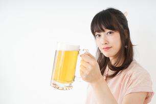 ビールを飲む若い女性の写真素材 [FYI04656720]