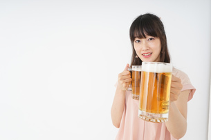 ビールを飲む若い女性の写真素材 [FYI04656722]