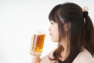 ビールを飲む若い女性の写真素材 [FYI04656723]