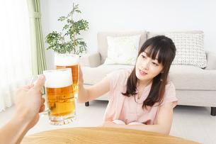 ビールを飲む若い女性の写真素材 [FYI04656725]
