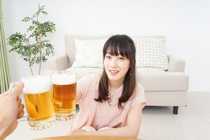 ビールを飲む若い女性の写真素材 [FYI04656729]