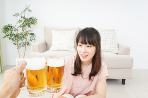 ビールを飲む若い女性の写真素材 [FYI04656738]