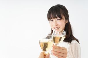 ワインを飲む若い女性の写真素材 [FYI04656739]