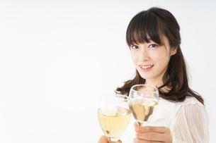 ワインを飲む若い女性の写真素材 [FYI04656741]