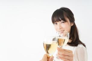ワインを飲む若い女性の写真素材 [FYI04656742]