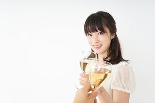 ワインを飲む若い女性の写真素材 [FYI04656744]