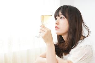 ワインを飲む若い女性の写真素材 [FYI04656747]