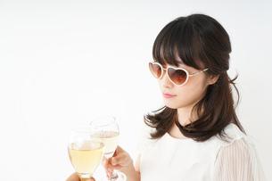 ワインを飲む若い女性の写真素材 [FYI04656749]