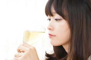 ワインを飲む若い女性の写真素材 [FYI04656750]