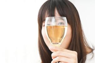 ワインを飲む若い女性の写真素材 [FYI04656753]