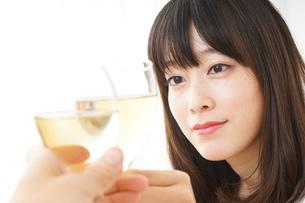 ワインを飲む若い女性の写真素材 [FYI04656757]