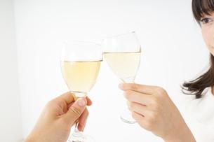 ワインを飲む若い女性の写真素材 [FYI04656758]