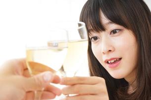 ワインを飲む若い女性の写真素材 [FYI04656759]