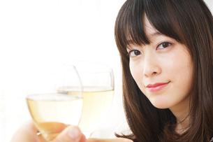 ワインを飲む若い女性の写真素材 [FYI04656761]