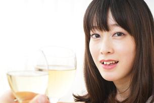 ワインを飲む若い女性の写真素材 [FYI04656762]