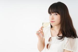 ワインを飲む若い女性の写真素材 [FYI04656763]