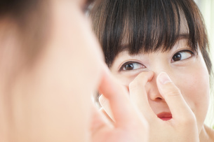 肌荒れをケアする若い女性の写真素材 [FYI04656768]