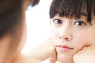 肌荒れをケアする若い女性の写真素材 [FYI04656769]