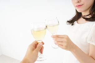 ワインを飲む若い女性の写真素材 [FYI04656775]