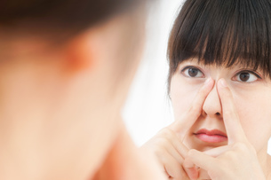 肌荒れをケアする若い女性の写真素材 [FYI04656779]
