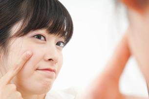 肌荒れをケアする若い女性の写真素材 [FYI04656780]