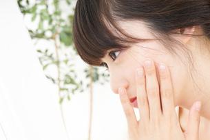 肌荒れをケアする若い女性の写真素材 [FYI04656785]