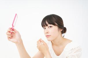 肌荒れをケアする若い女性の写真素材 [FYI04656787]