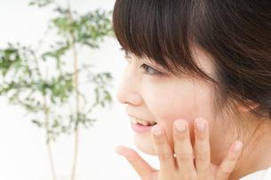 肌荒れをケアする若い女性の写真素材 [FYI04656790]