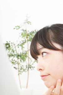 肌荒れをケアする若い女性の写真素材 [FYI04656800]