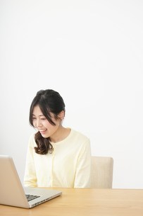 sns・テレビ電話をする若い女性の写真素材 [FYI04656834]