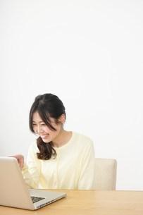 sns・テレビ電話をする若い女性の写真素材 [FYI04656838]