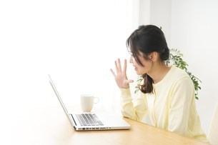 sns・テレビ電話をする若い女性の写真素材 [FYI04656841]