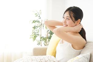 お風呂上りにリラックスをする女性の写真素材 [FYI04656854]