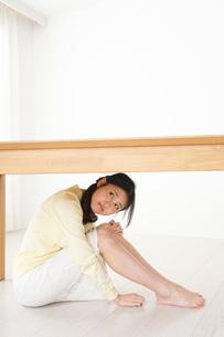 地震から身を守る女性の写真素材 [FYI04656890]