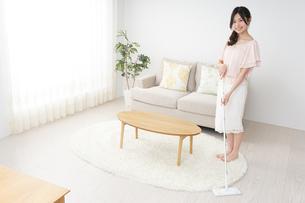 自宅を掃除する若い女性の写真素材 [FYI04656905]