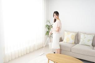 自宅を掃除する若い女性の写真素材 [FYI04656909]