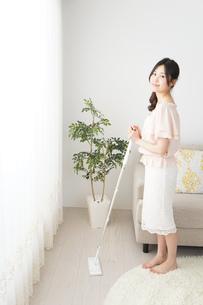 自宅を掃除する若い女性の写真素材 [FYI04656910]