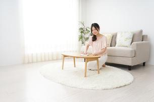 自宅を掃除する若い女性の写真素材 [FYI04656914]