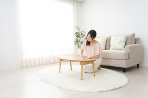 自宅を掃除する若い女性の写真素材 [FYI04656915]