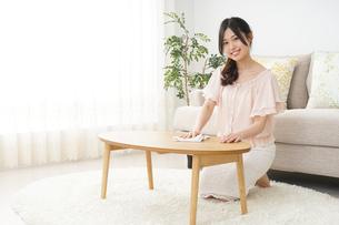 自宅を掃除する若い女性の写真素材 [FYI04656916]