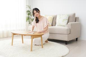 自宅を掃除する若い女性の写真素材 [FYI04656917]
