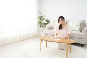 自宅を掃除する若い女性の写真素材 [FYI04656918]