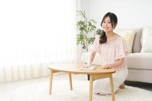 自宅を掃除する若い女性の写真素材 [FYI04656919]