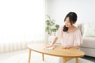 自宅を掃除する若い女性の写真素材 [FYI04656921]