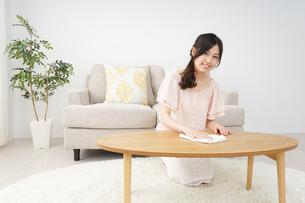 自宅を掃除する若い女性の写真素材 [FYI04656923]