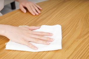 自宅を掃除する若い女性の写真素材 [FYI04656924]