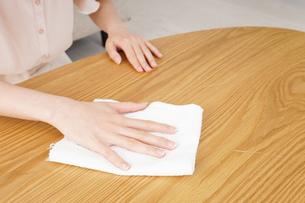 自宅を掃除する若い女性の写真素材 [FYI04656938]