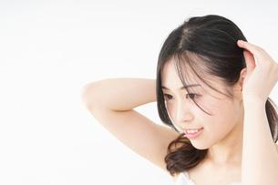髪の毛をセットする若い女性の写真素材 [FYI04656939]