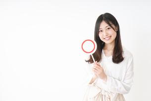 丸印を示す若い女性の写真素材 [FYI04656941]