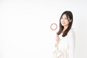 丸印を示す若い女性の写真素材 [FYI04656945]